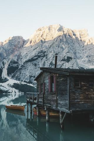 Monring vibes at the Lago Di Braies. - fotokunst von Patrick Pfaff