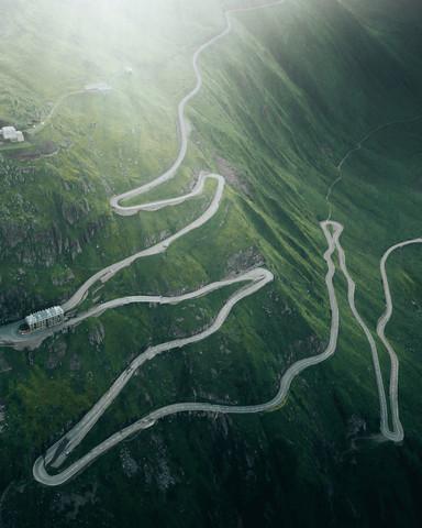 Ein kurviger Gebirgspass in der Schweiz - fotokunst von Frederik Schindler