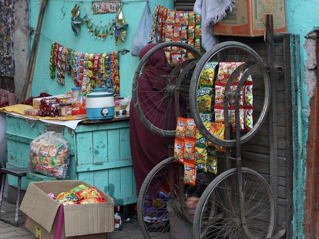 A Street Shop, New Delhi - fotokunst von Jagdev Singh