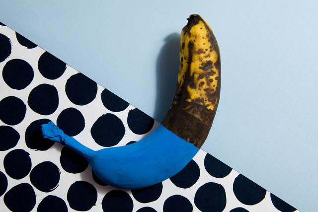Chameleon banana - fotokunst von Loulou von Glup