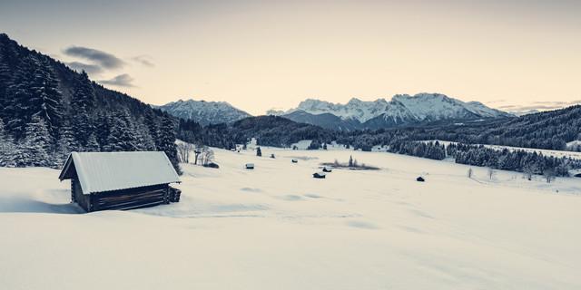 Winterliches Alpenpanorama von einer schneebedeckten Landschaft - fotokunst von Franz Sussbauer