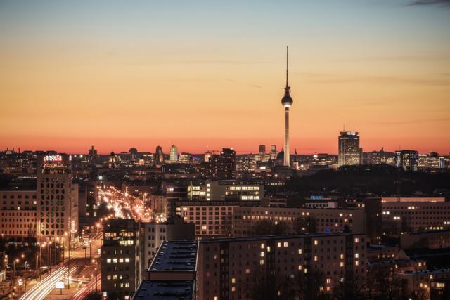 Berlin Skyline am Friedrichshain - fotokunst von Jean Claude Castor