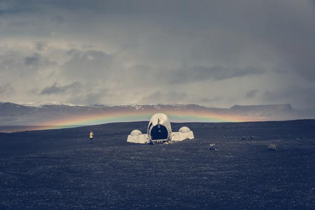 Flugzeugwrack und Regenbogen - fotokunst von Franz Sussbauer