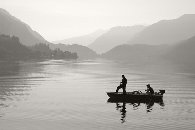 Angler am Bergsee - fotokunst von Stefan Wensing