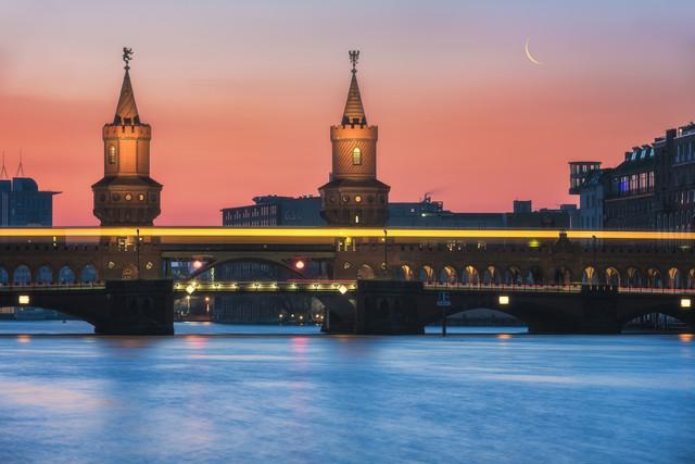 Berlin Oberbaumbrücke mit U-Bahn - fotokunst von Jean Claude Castor