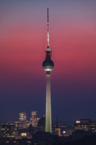 Berlin Fernsehturm mit fantastischem Himmel - fotokunst von Jean Claude Castor