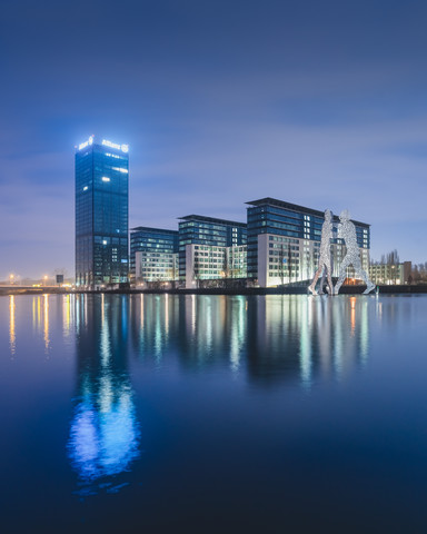 Berliner Osthafen und Molecule Men am Abend - fotokunst von Ronny Behnert