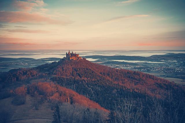 Burg Hohenzollern mit Landschaft im Morgenlicht - fotokunst von Franz Sussbauer
