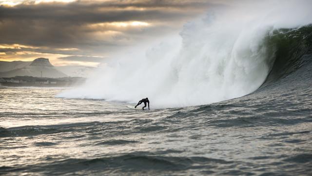 Big Wave Surfer Kohl Christensen vor Irland - fotokunst von Lars Jacobsen