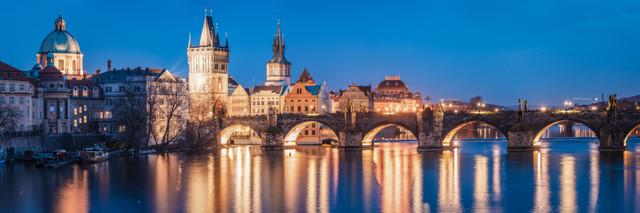 Prag mit Karlsbrücke zur blauen Stunde Panorama - fotokunst von Jean Claude Castor