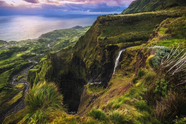 Wasserfall auf Flores - fotokunst von Jean Claude Castor