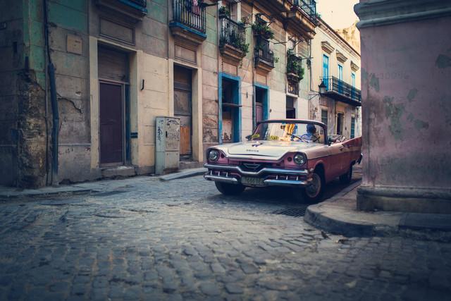 Alt Havanna mit rosa Oldtimer - fotokunst von Franz Sussbauer