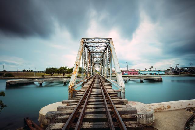Eisenbahnbrücke - fotokunst von Franz Sussbauer