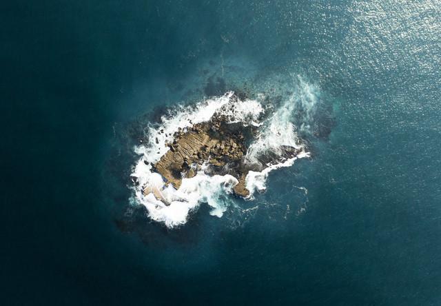 Lonely Island - fotokunst von Fin Matson