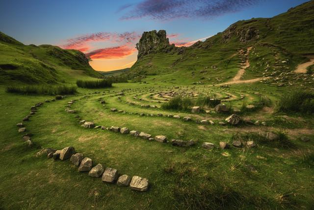 Fairy Glen zum Sonnenuntergang auf der Isle of Skye - fotokunst von Jean Claude Castor