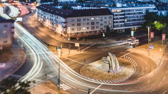 Berufsverkehr am berliner Rathenauplatz [Tilt-Edition] - fotokunst von Ronny Behnert