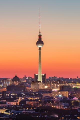 Berliner Fernsehturm nach Sonnenuntergang - fotokunst von Robin Oelschlegel