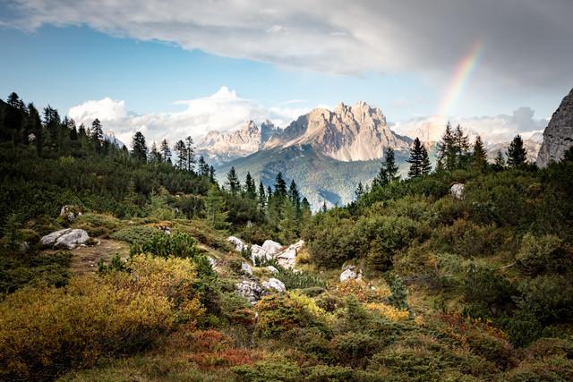 Idyllische Berglandschaft mit Regenbogen - fotokunst von Franz Sussbauer