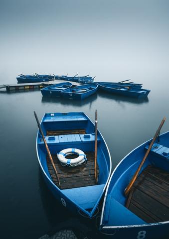 Blaue Boote im Nebel - fotokunst von Niels Oberson