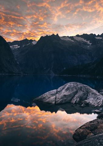 Brennende Wolken am Gelmersee - fotokunst von Niels Oberson