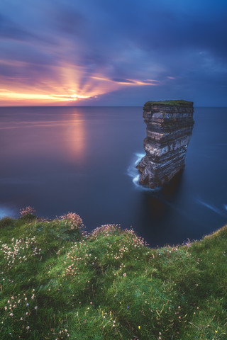Downpatrick Head in Irland zum Sonnenuntergang - fotokunst von Jean Claude Castor