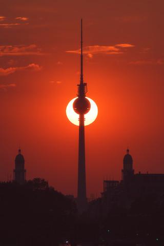 Berliner Fernsehturm mit Halbmond - fotokunst von Jean Claude Castor