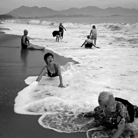 Bathing Woman - Nha Trang Beach - Vietnam - fotokunst von Silva Wischeropp