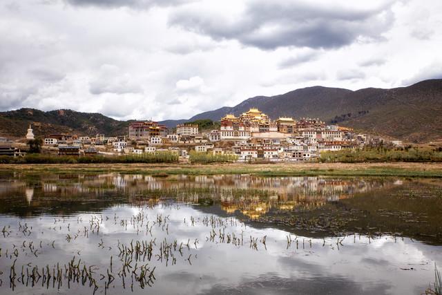 Ganden Sumtseling Monastery - fotokunst von Oona Kallanmaa