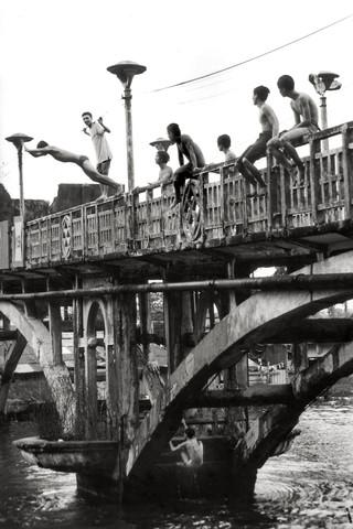 Joungsters jumping from an old Chinese Bridge - fotokunst von Silva Wischeropp