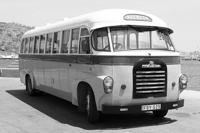 Bus auf der Insel Gozo - fotokunst von Angelika Stern