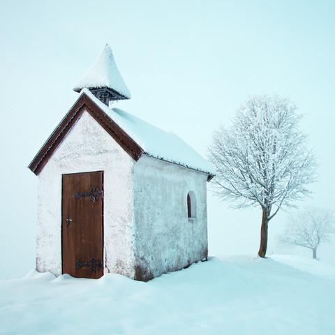 Kapelle im Schnee - fotokunst von Franz Sussbauer