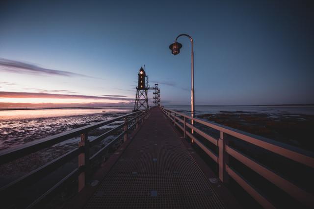 Nordsee, Steg, Laterne und Leuchtturm - fotokunst von Franz Sussbauer