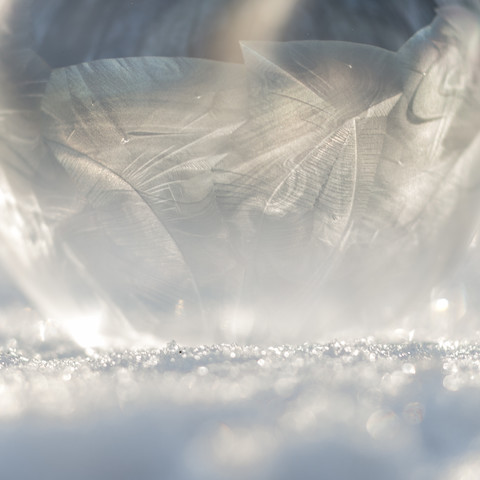 Gefrorene Seifenblase im Sonnenlicht - fotokunst von Nadja Jacke