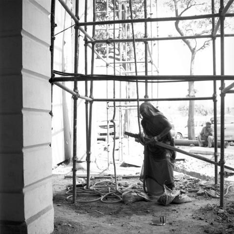Eine Frau im Sari arbeitet auf einer Baustelle in Neu Delhi. - fotokunst von Shantala Fels