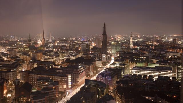 Vogelperspektive Hamburger Innenstadt bei Nacht - fotokunst von Dennis Wehrmann