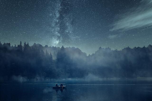 Nachtangeln auf dem See mit Milchstraße - fotokunst von Oliver Henze