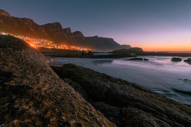 Camps Bays Lichter bei Sonnenuntergang - fotokunst von Felix Baab