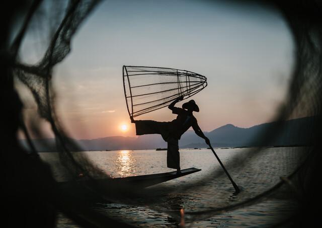 Burmese Fisherman - fotokunst von Julian Wedel