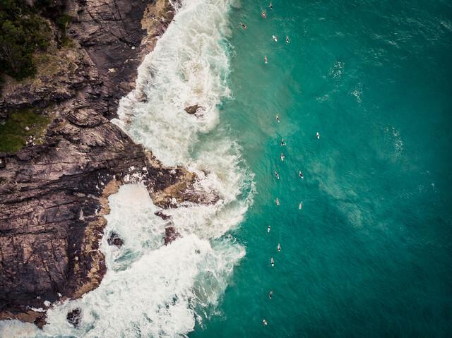 Wartende Surfer - fotokunst von Tobias Winkelmann