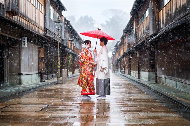 Japanisches Hochzeitspaar in Kanazawa - fotokunst von Jan Becke