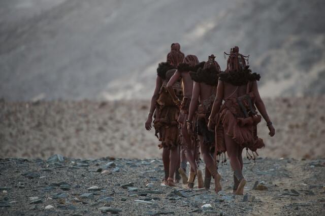 Himba women - fotokunst von Nicole Cambré
