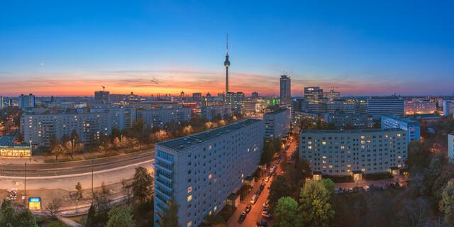 Berlin Skyline an der Karl Marx Alee mit Blick auf den Fernsehturm - fotokunst von Jean Claude Castor