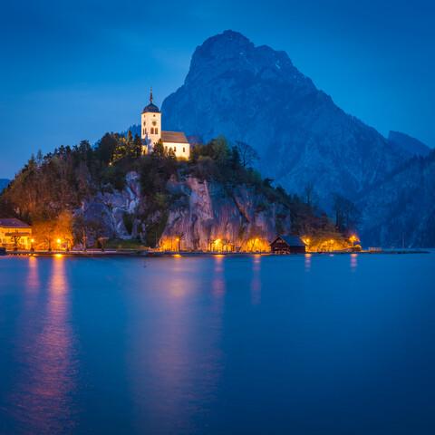 Blaue Stunde in Traunkirchen - fotokunst von Martin Wasilewski