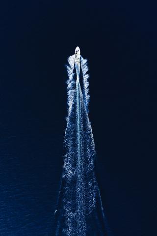 Boat Trip Through Blue - fotokunst von Studio Na.hili
