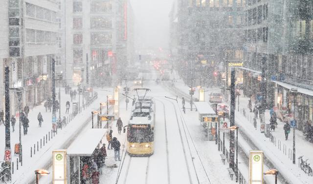 Berlin Winter Rush Hour - fotokunst von Matthias Makarinus