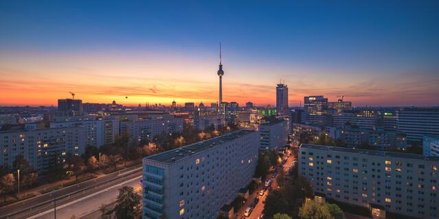 Berlin Skyline Panorama Karl Marx Allee zum Sonnenuntergang - fotokunst von Jean Claude Castor