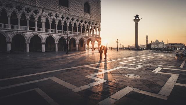 Sonnenaufgang am Piazza San Marco Venedig - fotokunst von Ronny Behnert