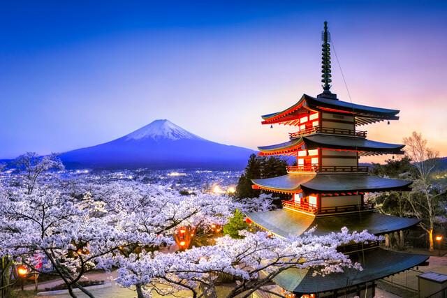 Chureito Pagode und Berg Fuji bei Nacht - fotokunst von Jan Becke