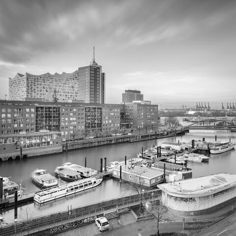 Hamburg Elbphilharmonie und Hafen - fotokunst von Dennis Wehrmann