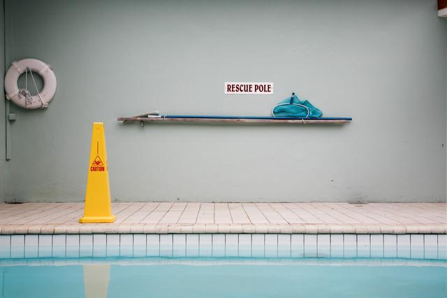 Rescue-Schild am Pool - fotokunst von Lioba Schneider